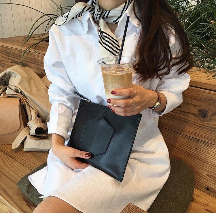 女性 片手にコーヒー
