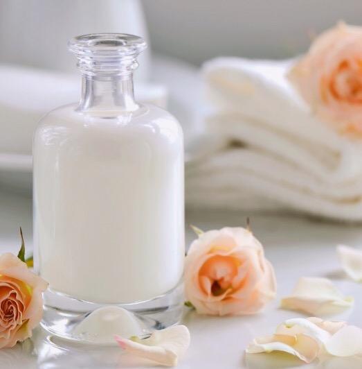 スキンケア用に用意された牛乳