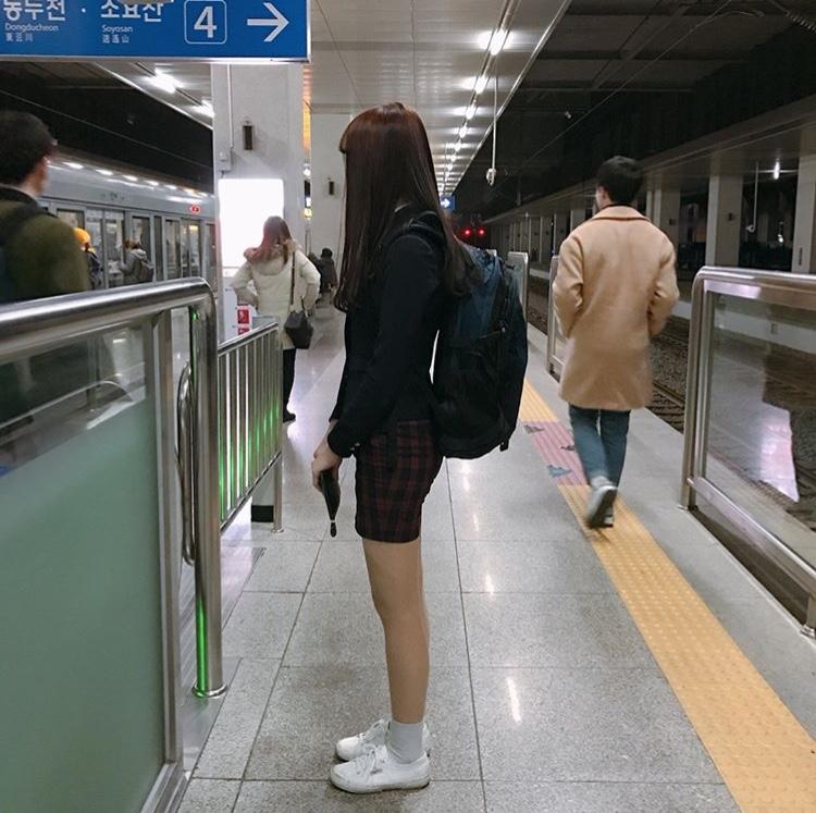 韓国学生 白いスニーカー